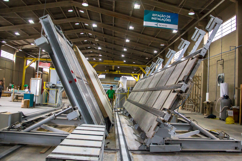 Linha de produção das placas de construção da tecnologia wood frame.  Foto: Priscila Oliveira / Divulgação