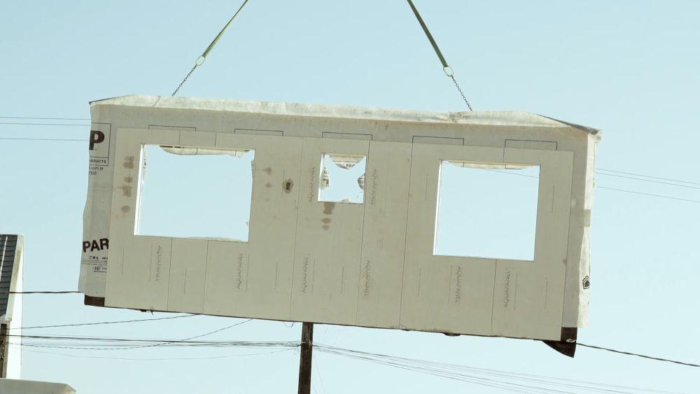 Transporte das placas no canteiro de obras.  Foto: Divulgação.