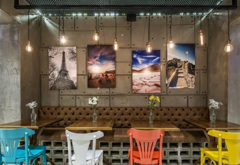 Mix de estilos faz do Café do Viajante visita obrigatória para quem passa pelo Centro Cívico. Fotos: Letícia Akemi/Gazeta do Povo