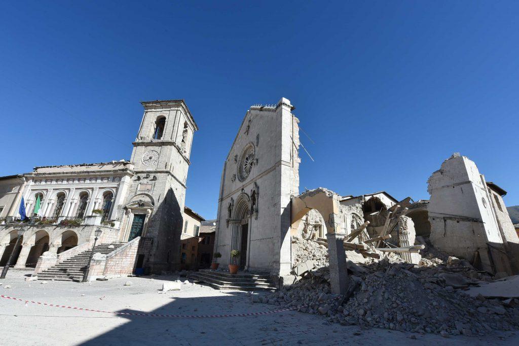 O terremoto de 6.6 graus destruiu alguns edifícios do centro histórico de Norcia, como a Basílica de San Benedetto (Alberto Pizzoli/AFP)