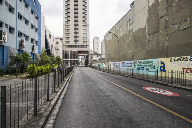 Travessa da Lapa: quase sem pedestres, área é erma.  Região central pede investimentos para ser mais acolhedora.     Foto: Letícia Akemi/Gazeta do Povo