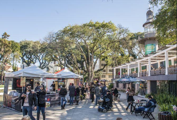 Crescimento urbano e desenvolvimento cultural leva curitibano a ocupar os espaços públicos, como na Praça da Espanha.