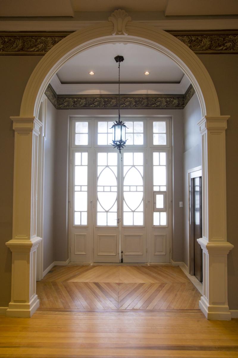 Entrada do segundo pavimento com piso de pinheiro, faixas decorativas, portas com formas típicas do art déco  e pendente do mesmo tipo encontrado na Catedral. Foto: Brunno Covello/Gazeta do Povo