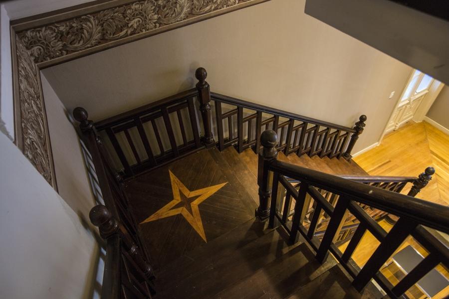Detalhes preservados do imponente casarão, como a escadaria de madeira. Foto: Bunno Covello/Gazeta do Povo