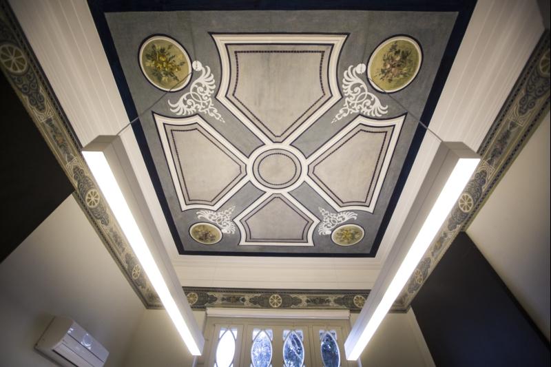 Detalhe do teto e das faixas decorativas art déco da antiga sala de música da família sueca. Foto: Brunno Covello/Gazeta do Povo