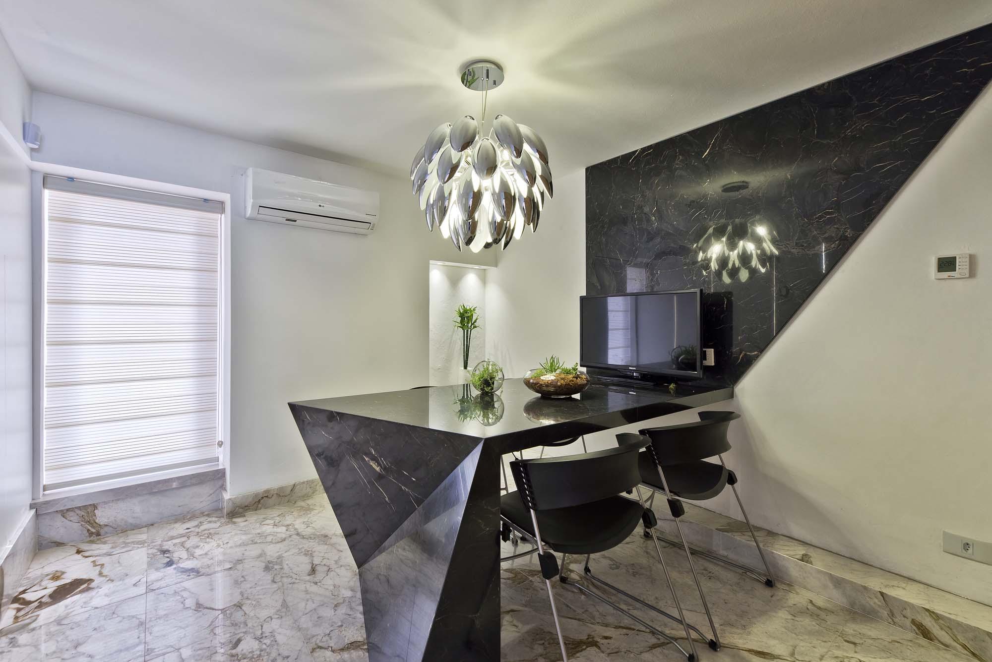 Sala de reunião tem toque mais requintado. Destaque para a mesa esculpida em mármore.