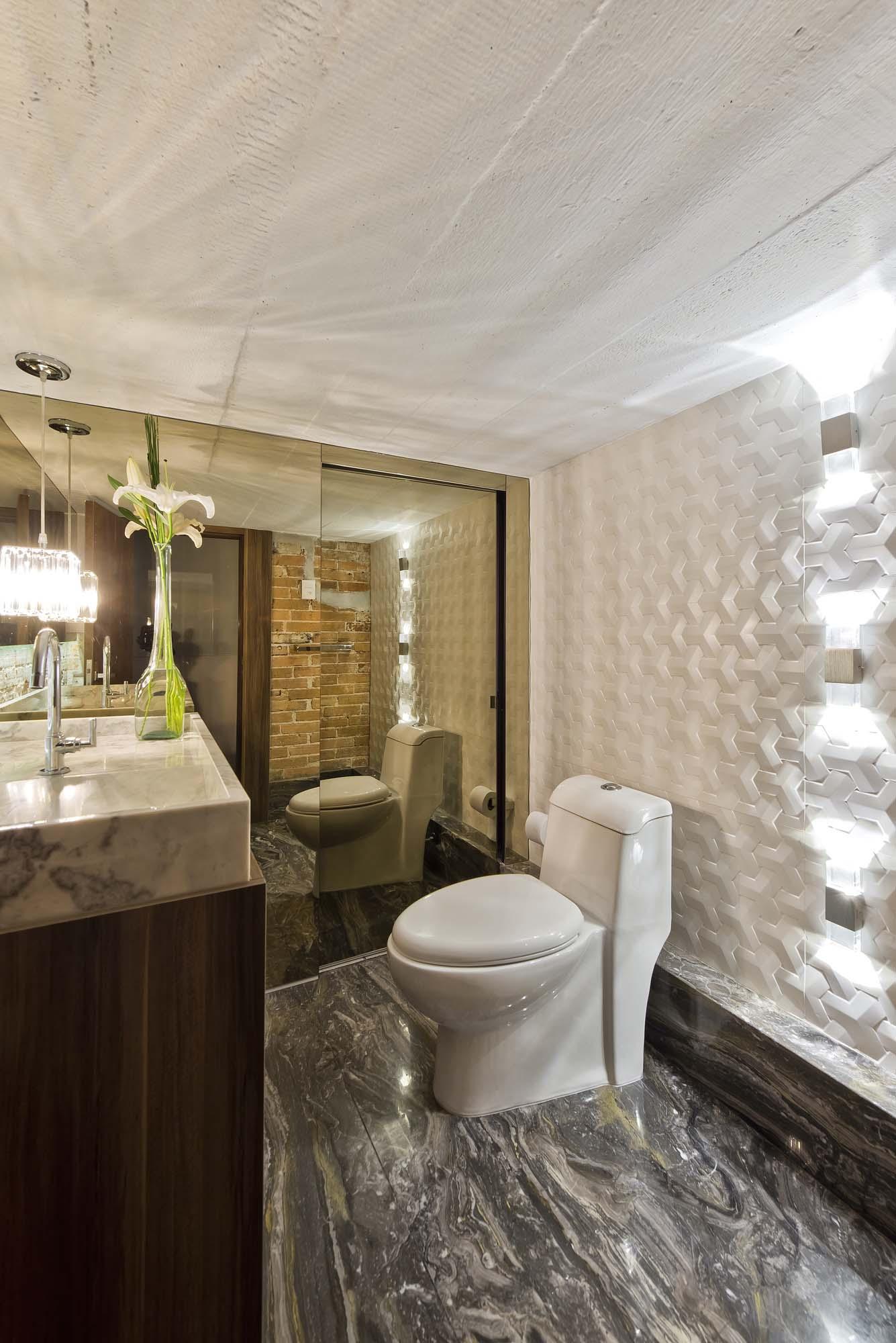 Lavabo com múltiplos materiais é uma forma de apresentar soluções diferentes para os visitantes.