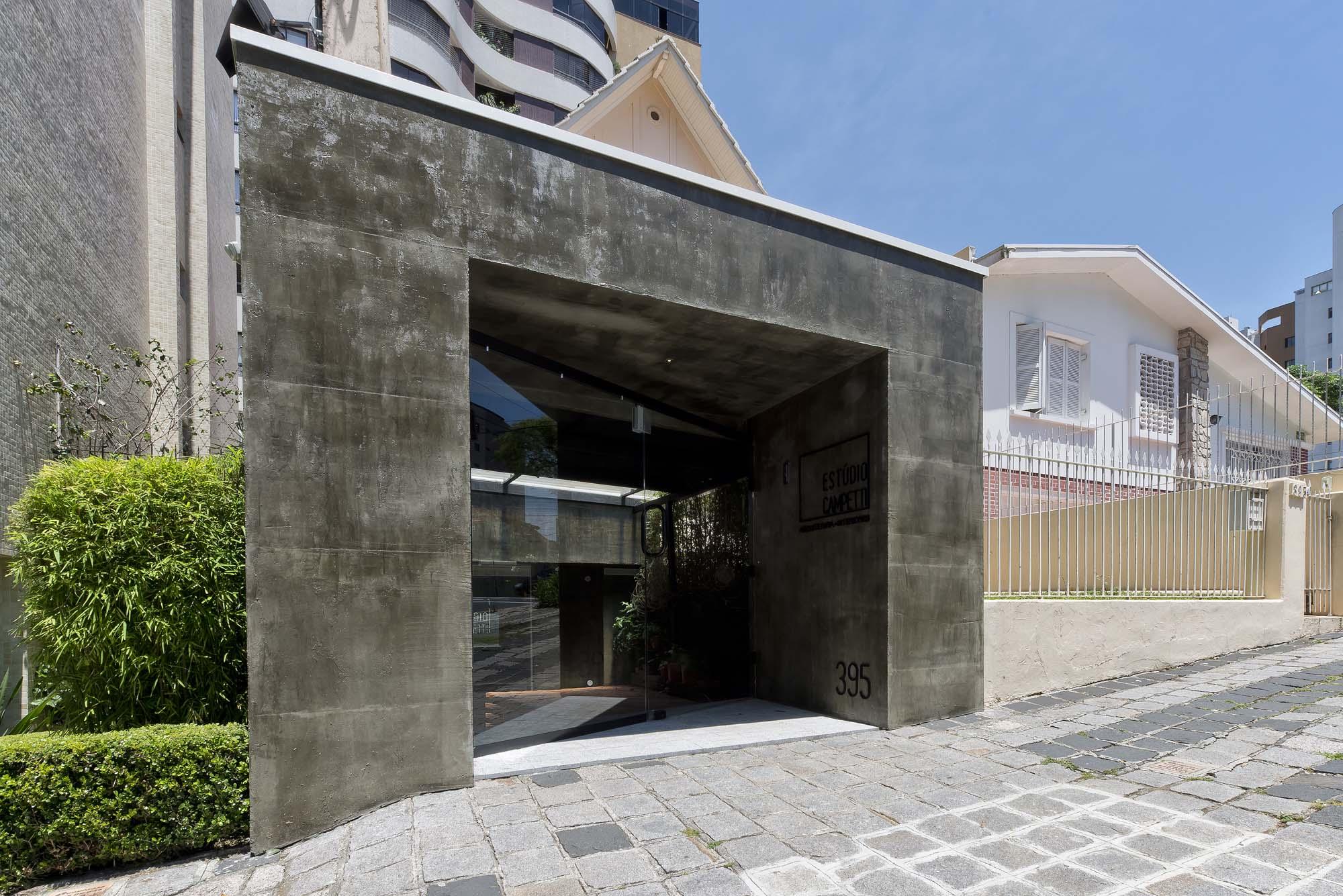 Fachada recebeu acabamento em cimento diferenciando-se da linguagem da antiga casa.