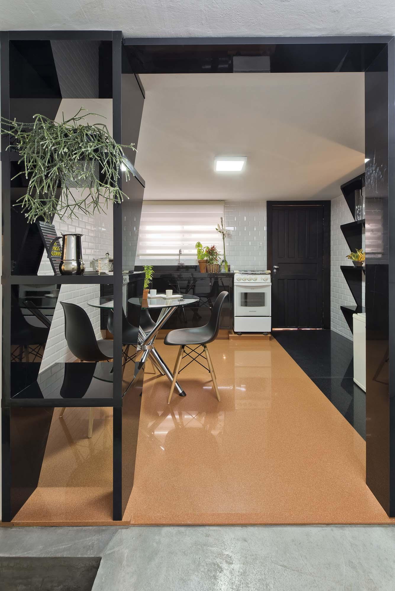 Projeto da cozinha com piso em Silestone em duas cores.