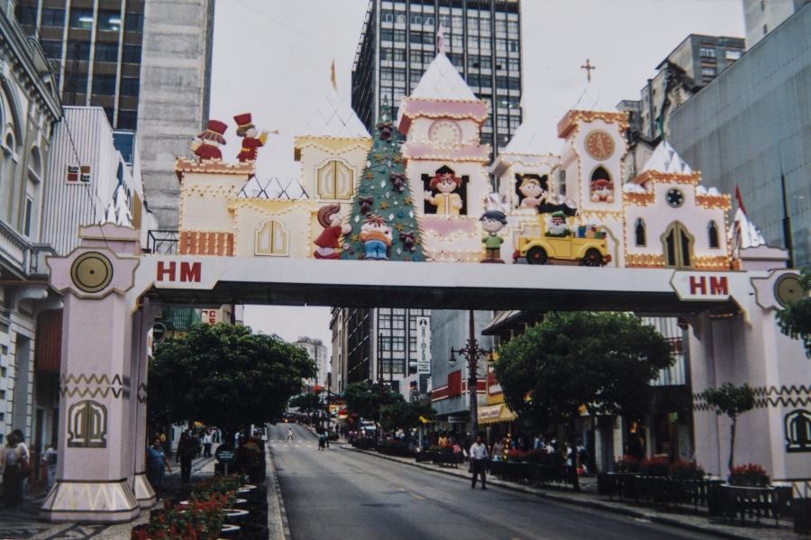 Passarela da loja Hermes Macedo, que atravessava a Rua Barão do Rio Branco. Foto: Letícia Akemi/Reprodução