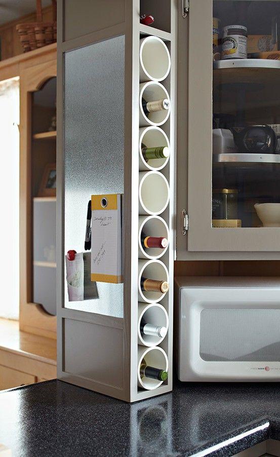 Corte pedaços de tubo PVC e crie um espaço de adega. / Crédito: Pinterest.