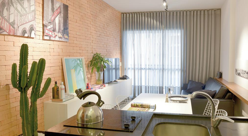 Sala ambientada pela arquiteta Ana Boscardin valoriza praticidade nos móveis e materiais, que contam com texturas variadas. Fotos: Mel Gabardo / Gazeta do Povo