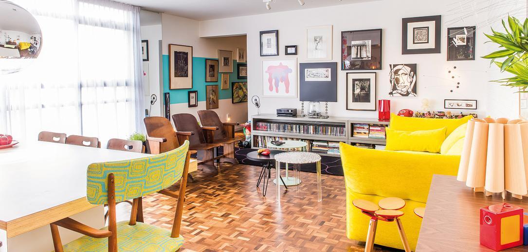 Cores vivas, elementos lúdicos e móveis garimpados trazem originalidade à sala de André Largura e Giovana Kimak. Fotos: Fred Kendi / Gazeta do Povo