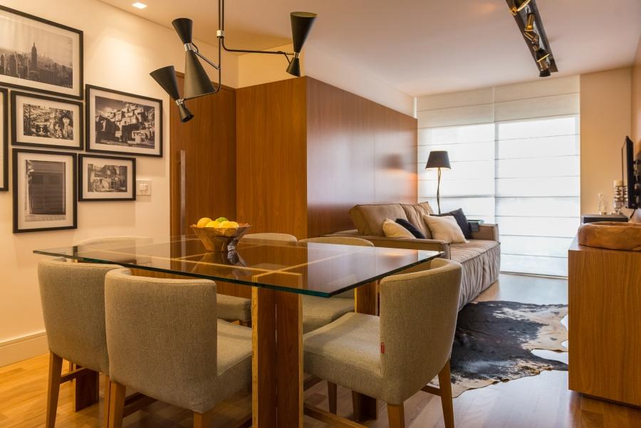 Apartamento integrado mistura estilos industrial e rústico