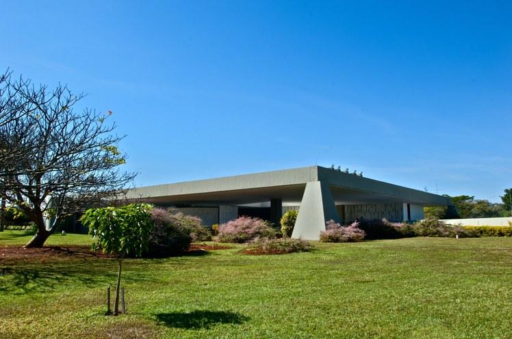 Em memorial descritivo, Oscar Niemeyer, autor do projeto, explica que decidiu misturar características das antigas casas de fazenda com a moderna técnica de concreto armado Foto: Aluízio de Assis / Divulgação