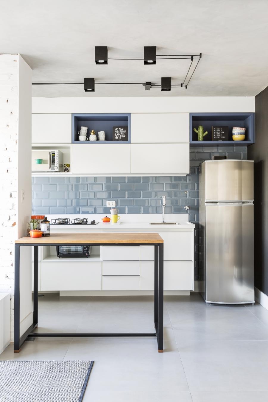Azulejos azuis compõe a decoração da cozinha americana. Foto: Júlia Ribeiro/Divulgação
