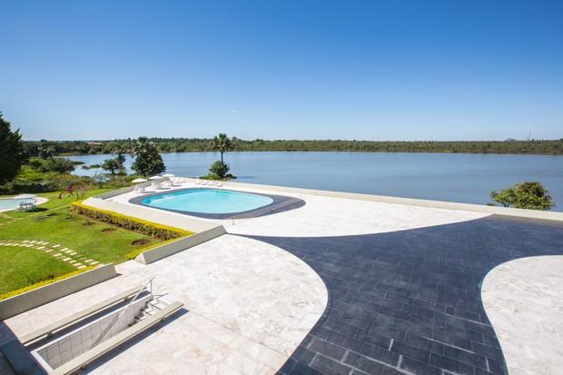 Área externa do Palácio Jaburu com vista para a lagoa de mesmo nome. Foto: Anderson Riedel / Divulgação.