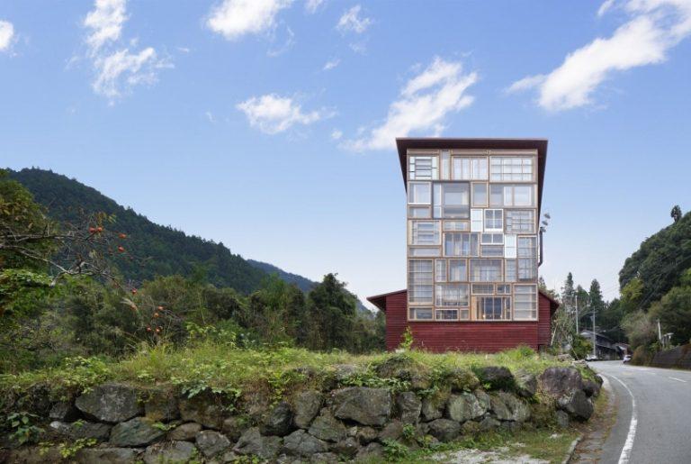 Uma parede inteiramente feita com esquadrias de janelas antigas é um dos pontos altos do projeto. Fotos: Koji Fujii/Nacasa and Partners Inc./Reprodução