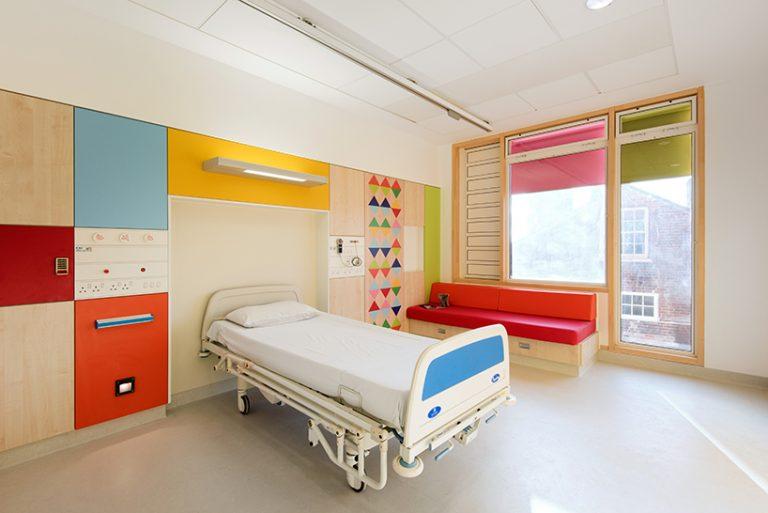 Cores alegres ajudam a decorar quartos e salas de hospital infantil na Inglaterra. Foto: Jill Tate/Reprodução/Designboom