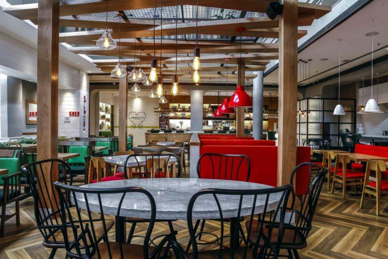 Tons quentes, ambientes iluminados e uma cozinha aberta dão o tom italiano ao novo projeto decorativo do Abbraccio, lançado em Curitiba. Foto: André Rodrigues / Gazeta do Povo