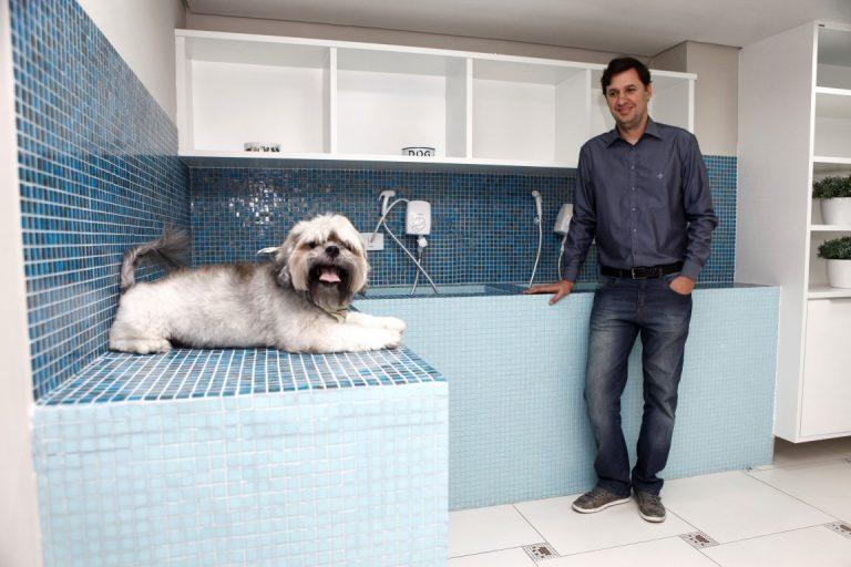 O empresário e síndico Vinicius Ferreira Correia na companhia de Batatinha no espaço pet do condomínio. Foto: André Rodrigues/Gazeta do Povo