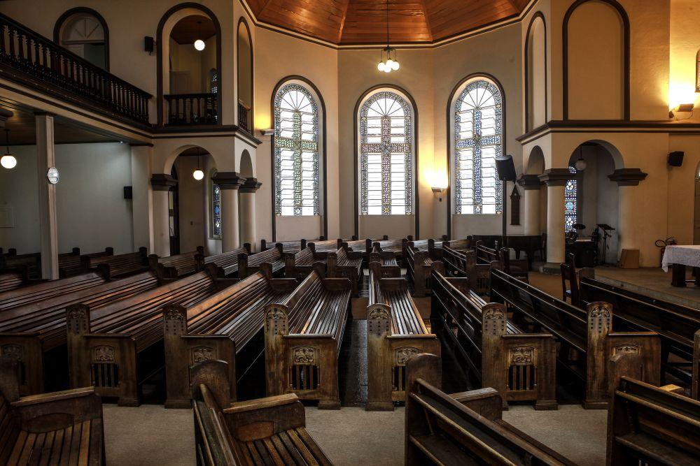 Por dentro da igreja, chamam a atenção a sobriedade e o colorido dos vidros das janelas.