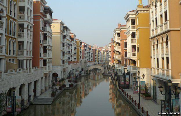 Parece Veneza, mas essa é a cidade chinesa de Dalian, construída para imitar a original italiana. Chineses vestidos com as tradicionais roupas dos gondoleiros fazem a alegria dos turistas. Foto: Bianca Bosker
