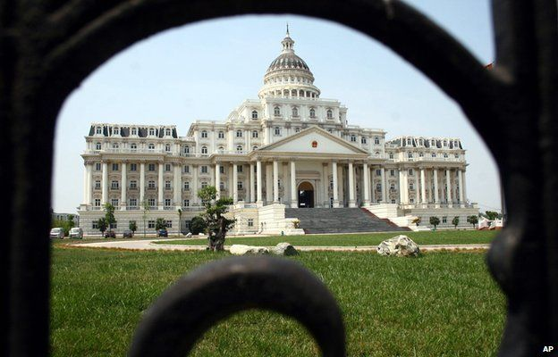Símbolos dos Estados Unidos, o Capitólio e a Casa Branca se fundiram em um só edifício, localizado na cidade chinesa de Minhang. Foto: AP