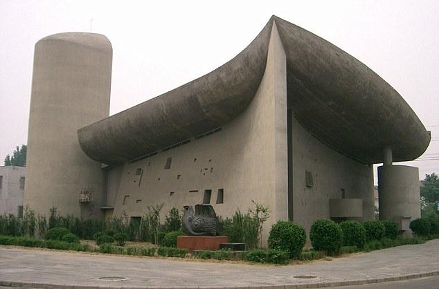 Réplica da Corbusier Chapel feita na cidade de Zhengzhou, China. O projeto original é do arquiteto Charles-Édouard Jeanneret, mais conhecido como Le Corbusier. A construção verdadeira fica em Ronchamp, na França. Foto: Dailymail