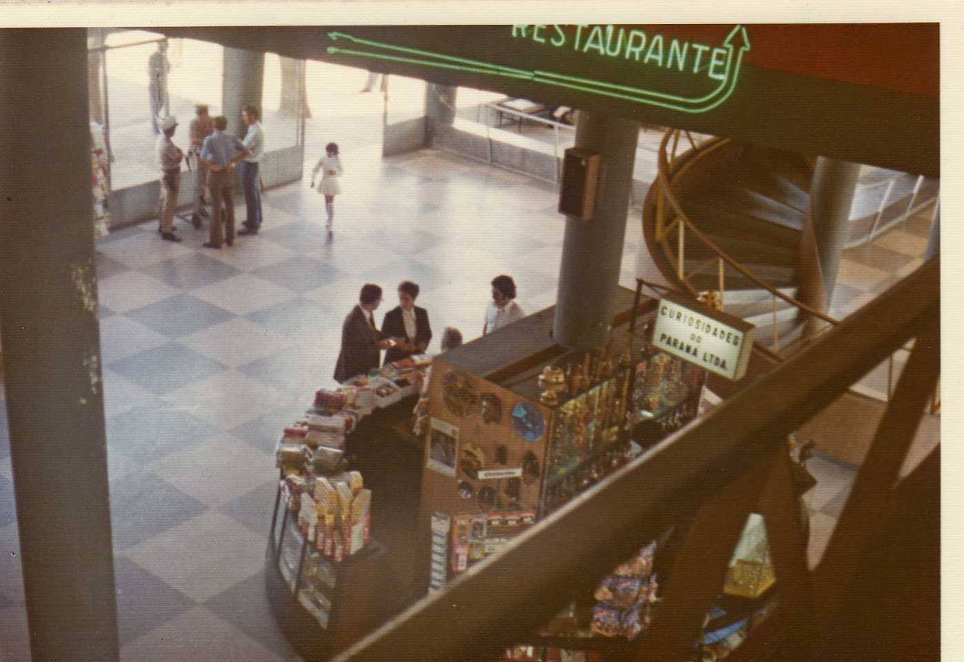 Saguão do Afonso Pena em 1974. Esse terminal de passageiros tinha arquitetura moderna e atualmente funciona como terminal de cargas. Foto: Reprodução/Facebook/Resgatando a história do Aeroporto Afonso Pena