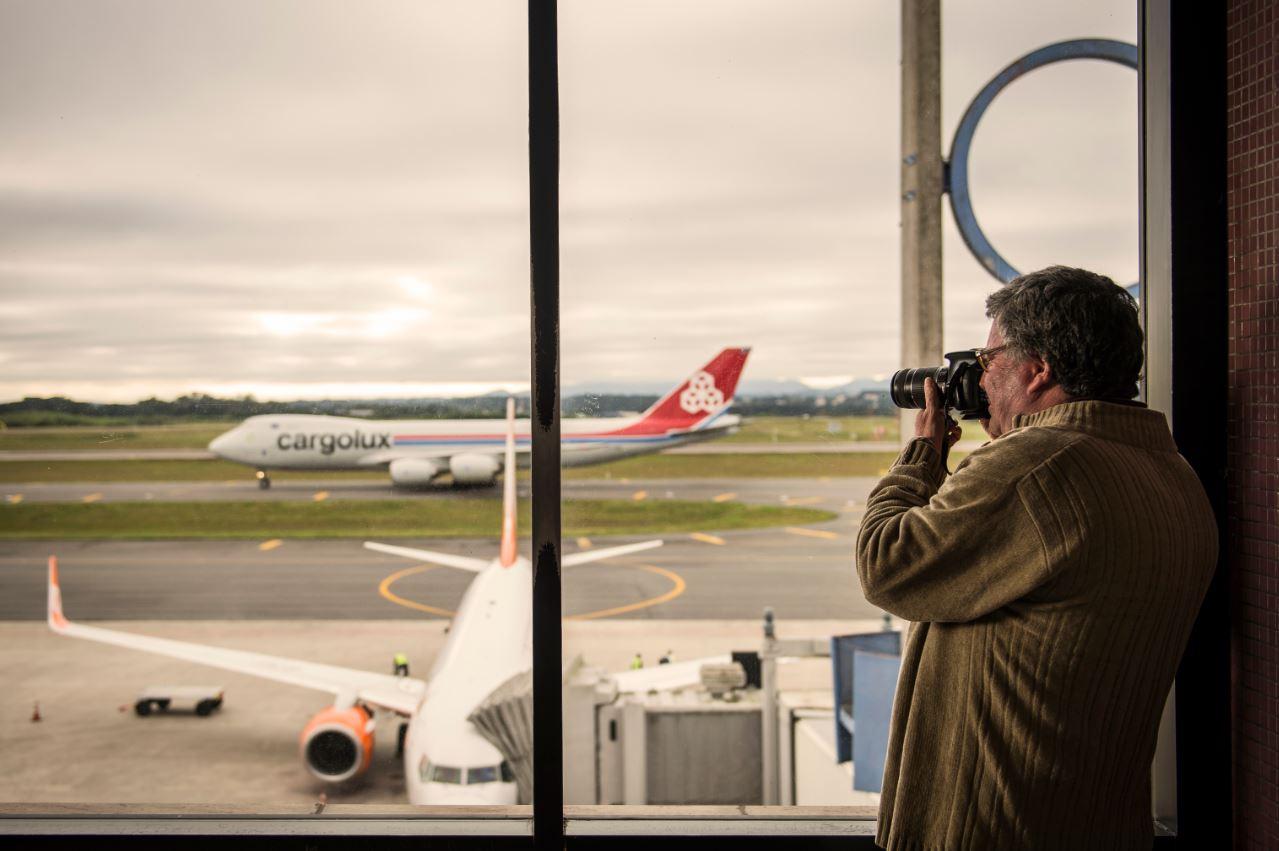 Afonso Delagassa fotografa a chegada de um avião cargueiro ao Afonso Pena. A fotografia do aeroporto e das aeronaves é hobby desde 1985. Foto: Leticia Akemi/Gazeta do Povo