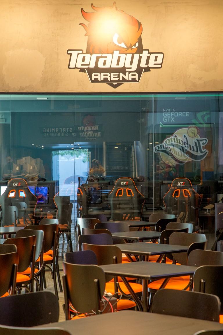 Games inspiram decoração nerd de hamburgueria com arena de jogos em Curitiba