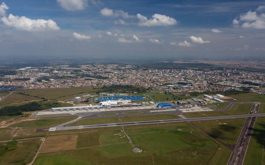 Vista aérea do Afonso Pena em 2016. A pista cruzada construída nos anos 1940 e comum em aeroportos militares, ainda é característica do aeroporto. Foto: Sergio Mendonça Jr./ Reprodução/Facebook/Resgatando a história do Aeroporto Afonso Pena