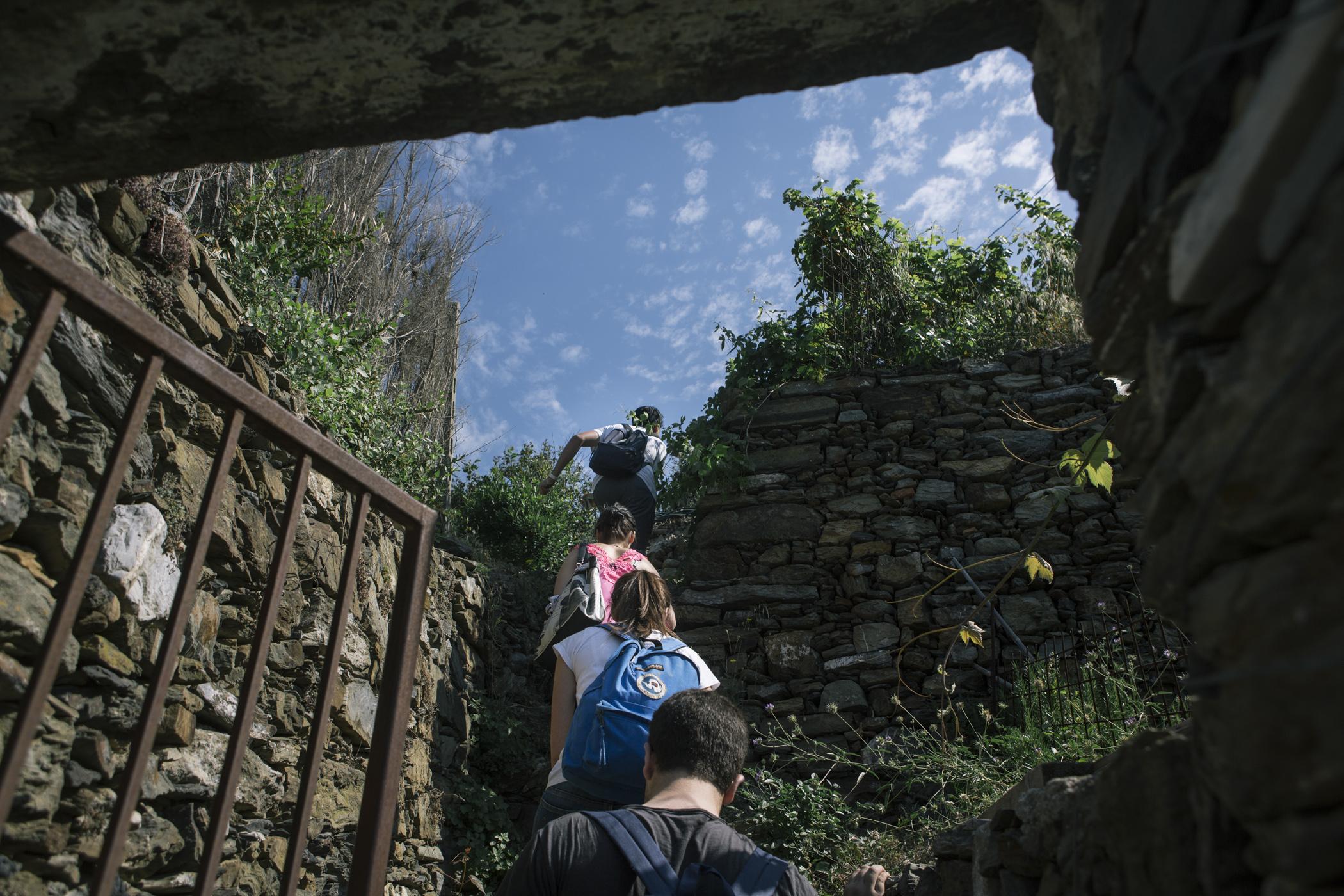 Estudantes sobem a encosta íngreme para analisar os muros de pedra.  Foto: Gianni Cipriano/The New York Times