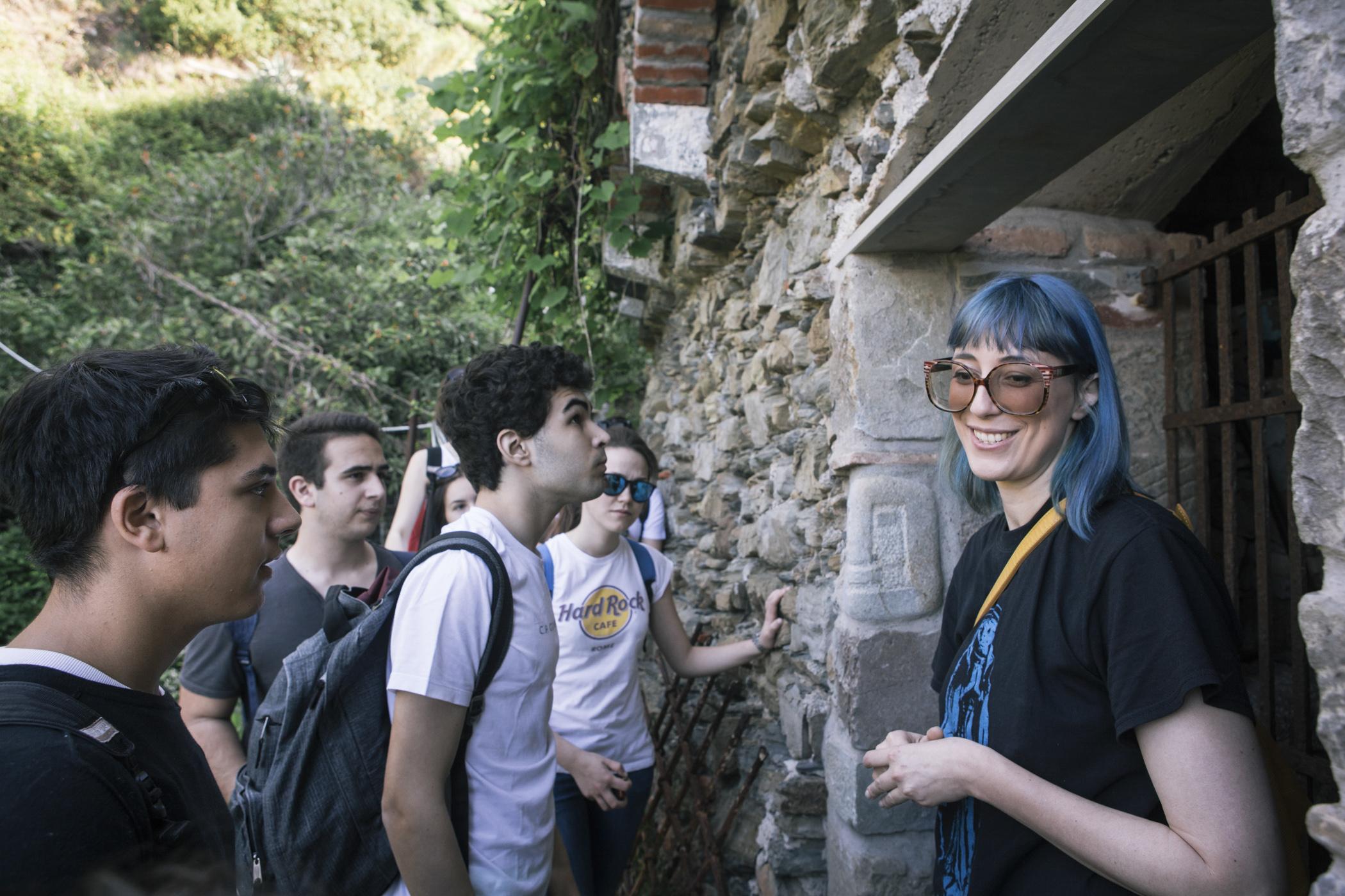 A guia Margherita Ermirio conduz  um grupo de estudantes para conhecer a importância das barreiras de pedras na região de Cinque Terre, na Itália.  Foto: Gianni Cipriano/The New York Times