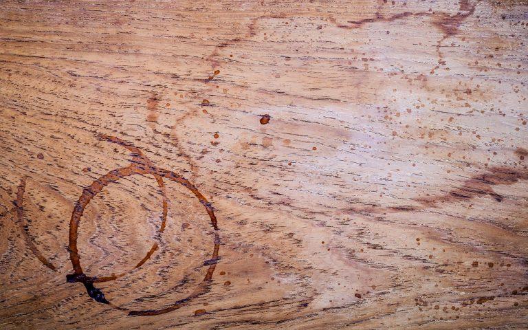 Falta de cuidado ao manusear líquidos e alimentos pode causar manchas nos móveis de madeira. Foto: Reprodução / Bigstock