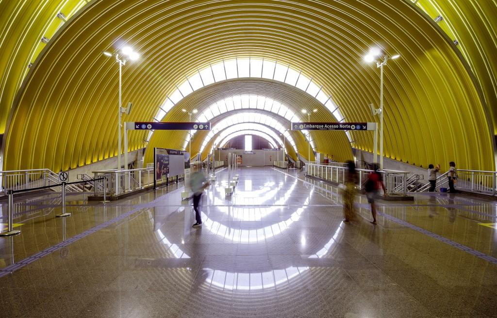 O projeto arquitetônico favorece a entrada de ar e luz natural como forma de reduzir o gasto energético das estações. Foto: Divulgação