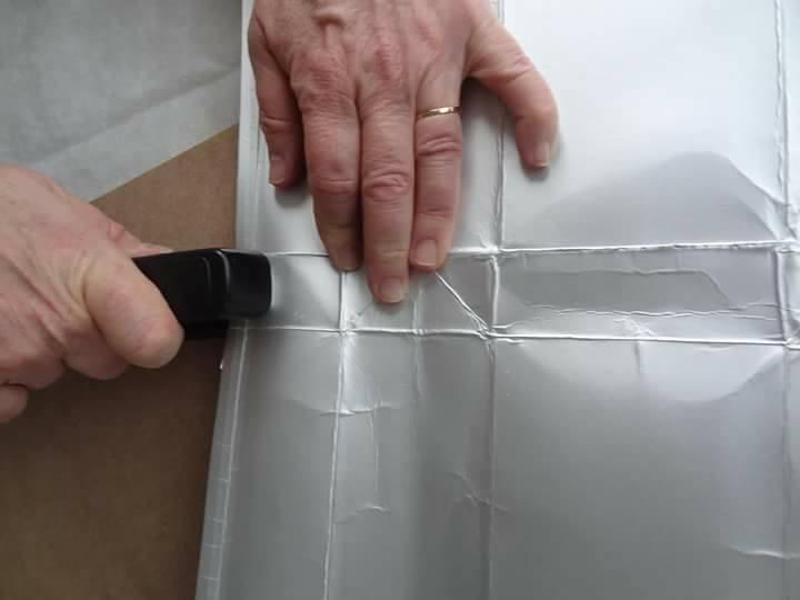 Depois de lavadas e cortadas, as caixas são costuradas em placas que vão revestir as casas. Foto: Reprodução/Facebook
