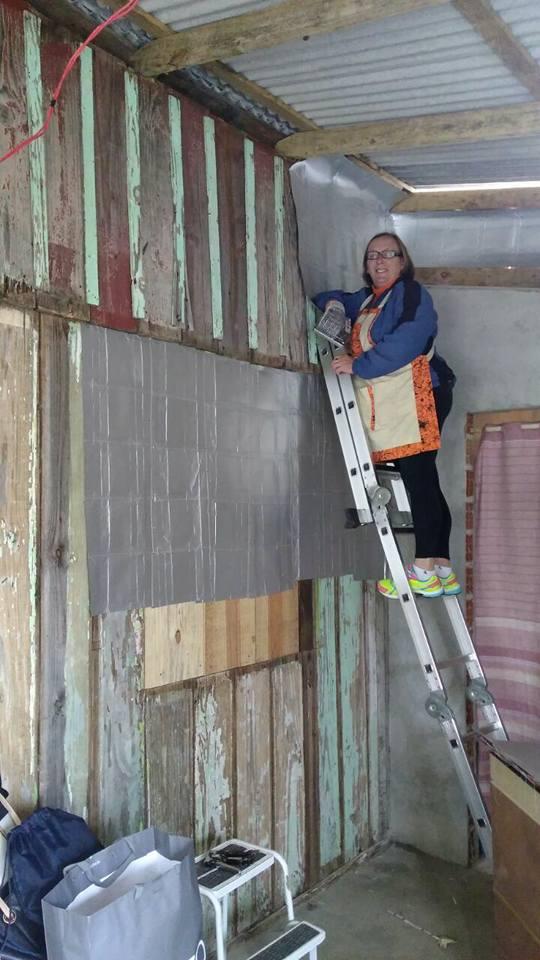 Caixas de leite viram revestimento para bloquear o frio em casas precárias de madeira