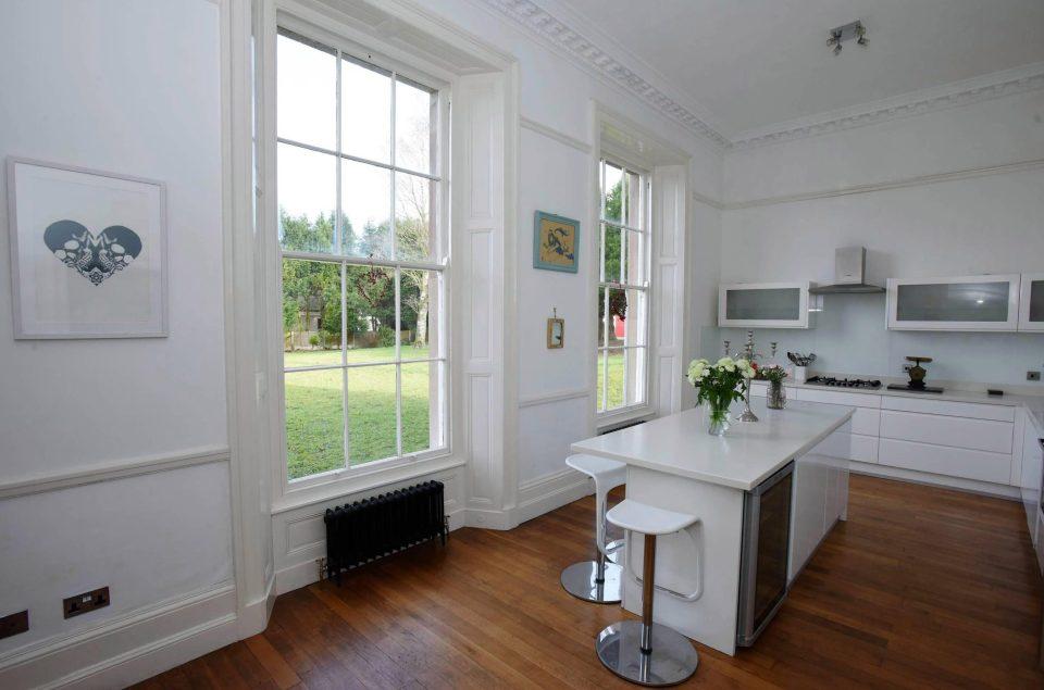 Residência conta com 6 quartos e diversos cômodos para lazer.