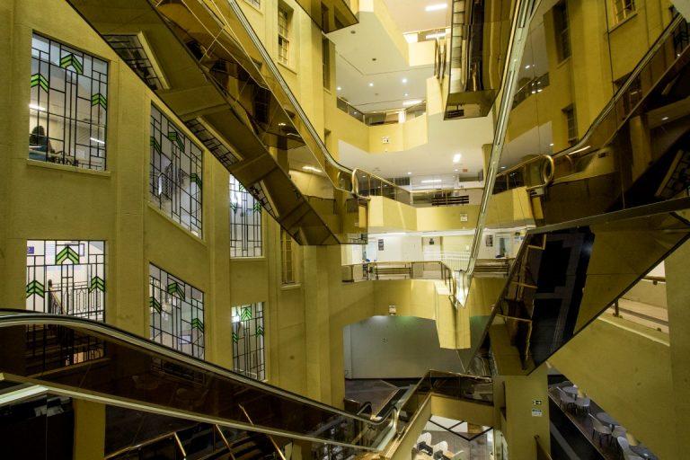 Por dentro, escadas rolantes denotam a passagem do tempo. Foto: Hugo Harada/Gazeta do Povo