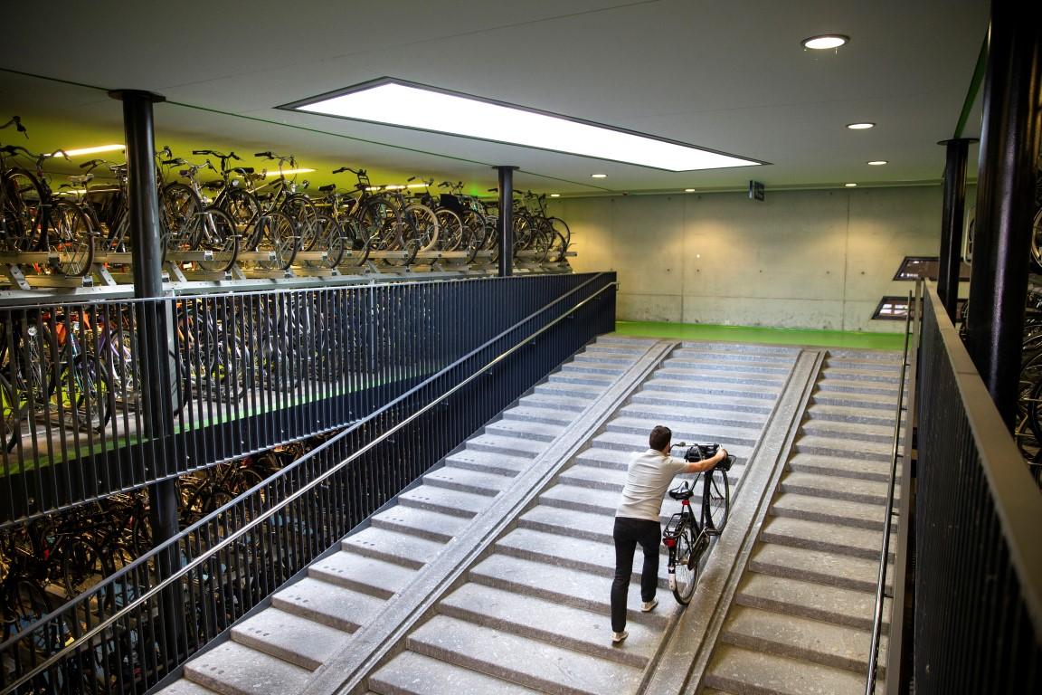 Ciclista no maior estacionamento de bicicletas do mundo, em Utrecht, na Holanda. Fotos: Ilvy Njiokiktjien/The New York Times