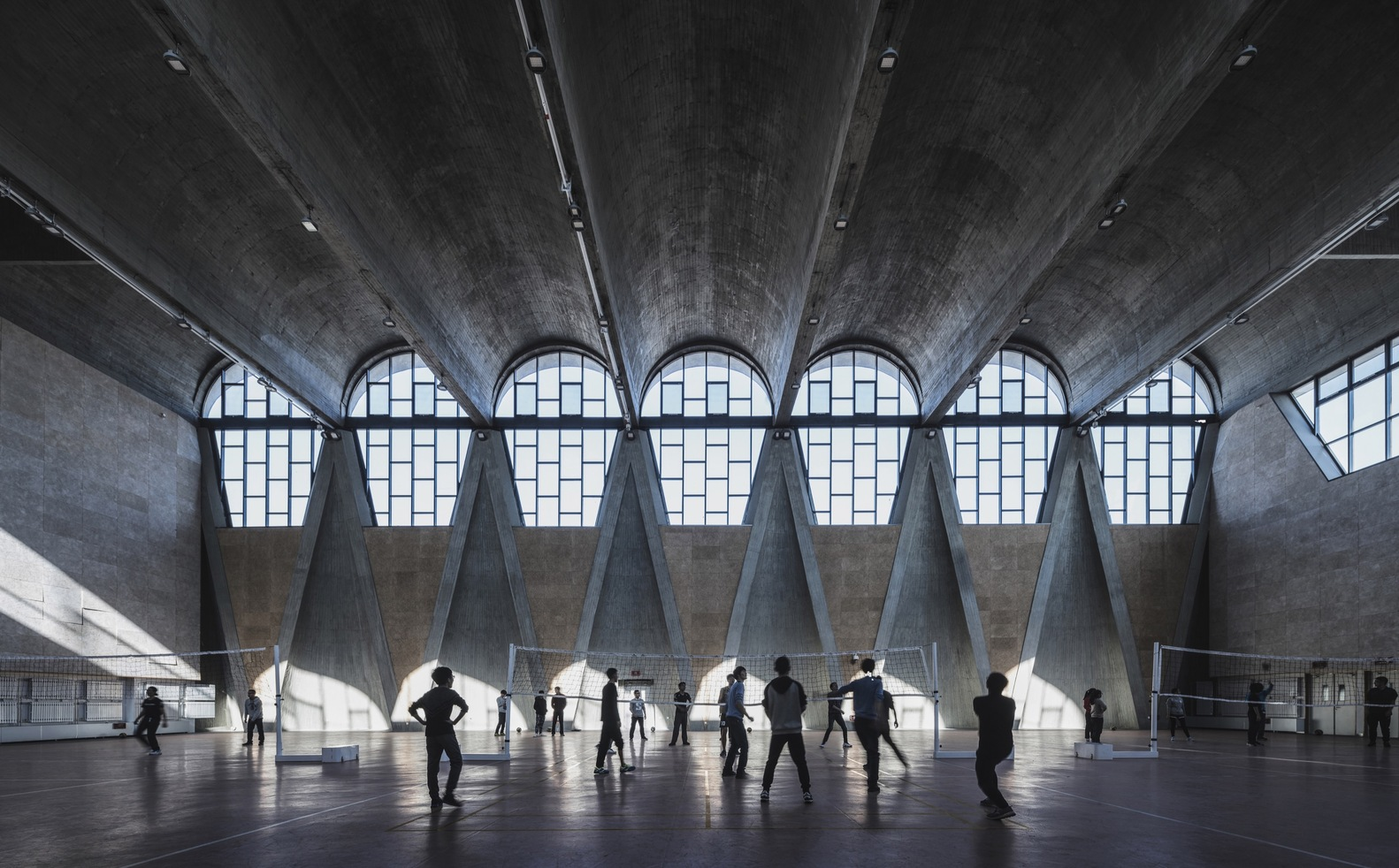 Fotografia vencedora da categoria Edifícios em Uso, em 2017. Ginásio do novo campus da Universidade de Tianjin, na China / Atelier Li Xinggang. Foto: Terrence Zhang/arcaidimages.com/Sto.