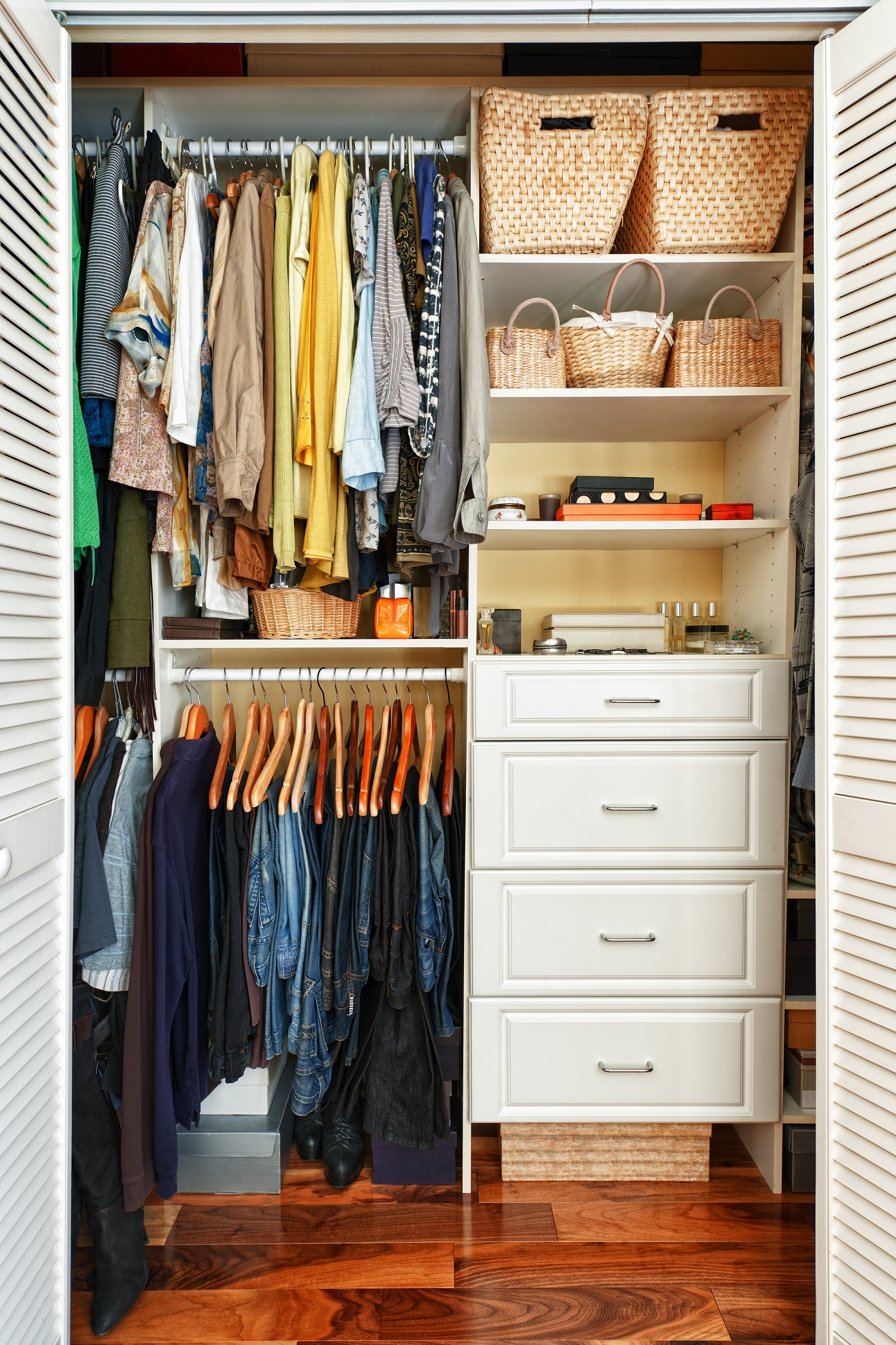 Não é só organizar os armários pontualmente, é preciso mudar a forma como nos relacionamos com a casa, para mantê-la organizada. Foto: Bigstock.