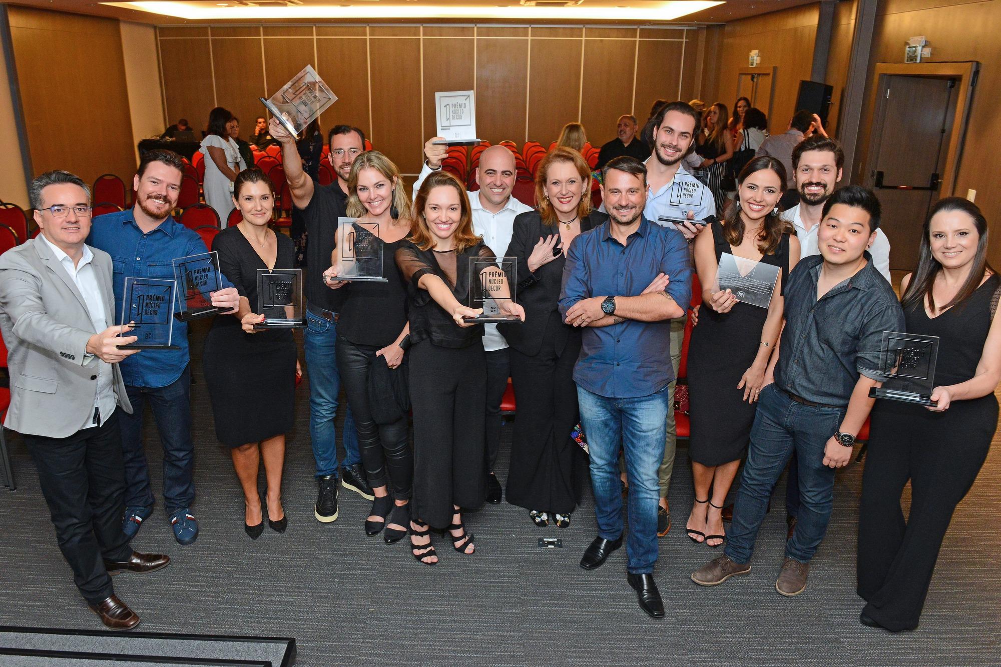 Escritórios premiados no primeiro Prêmio Núcleo Decor durante a cerimônia de premiação.  Foto: Gerson Lima / Divulgação