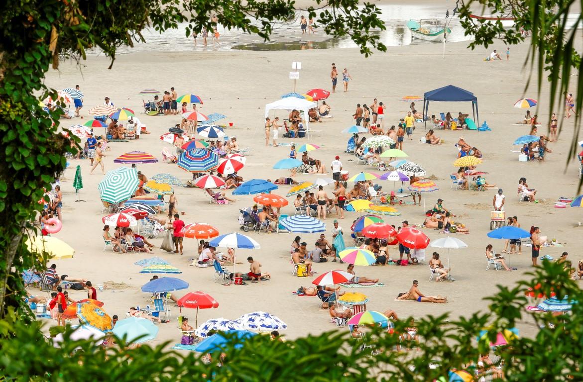 Movimento na praia de Guaratuba, litoral paranaense, no primeiro dia de verão oficial. Foto: Repodução