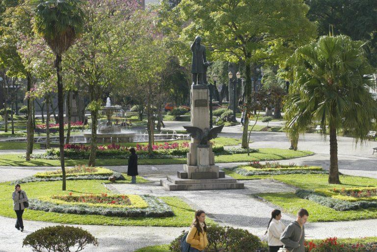Praças da região central, como a Santos Andrade, têm característica de passagem e não retém as pessoas para permanência. Foto: Aniele Nascimento/Gazeta do Povo