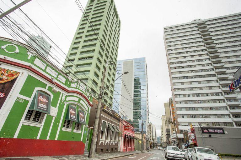 Arquitetura da Rua Emiliano Perneta impressiona pelos contrastes. Foto: Hugo Harada/Gazeta do Povo