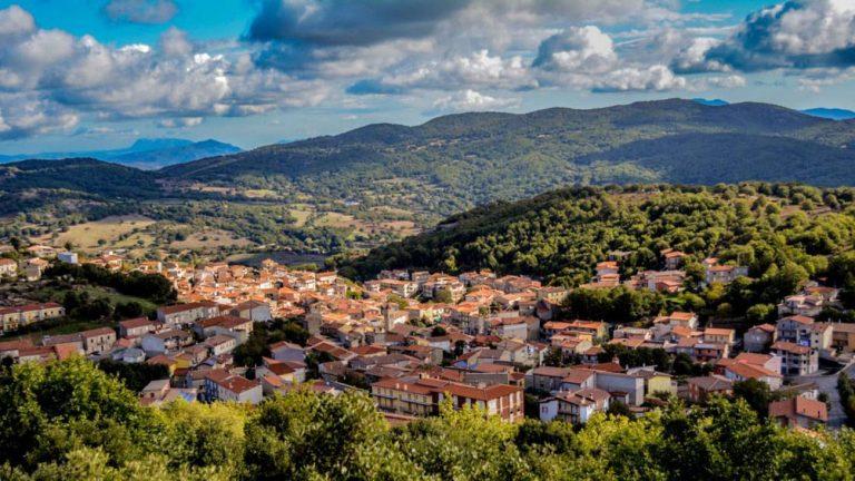 Com menos de 1.300 habitantes, cidade de Ollolai fica no interior da ilha de Sardenha. Foto: reprodução