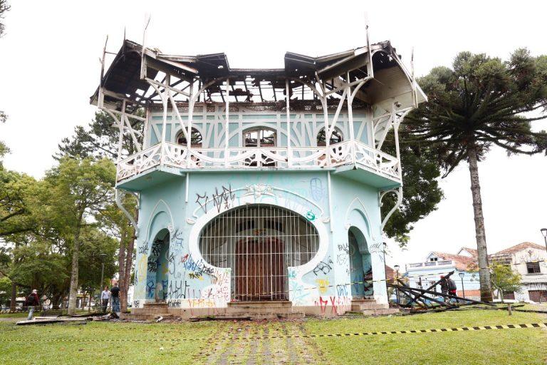 Condição do prédio após o incêndio. Telhado ficou totalmente destruído. Foto: Aniele Nascimento / Gazeta do Povo